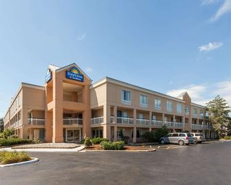 Days Inn & Suites by Wyndham Warren - Warren - Building