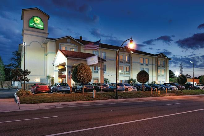 La Quinta Inn & Suites by Wyndham Tampa Bay Area-Tampa South - Tampa - Building