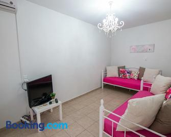 Philoxenia House! Maisonette in front of the sea! - Arkoudi - Living room