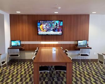 Microtel Inn & Suites by Wyndham Bellevue/Omaha - Bellevue - Business center