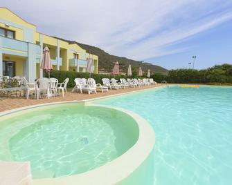 Hotel Isola Rossa - Боса - Бассейн