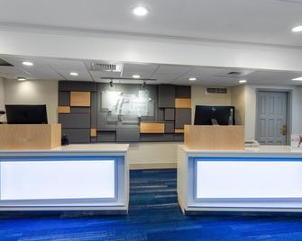 Holiday Inn Express Hotel & Suites King Of Prussia - King of Prussia - Lobby