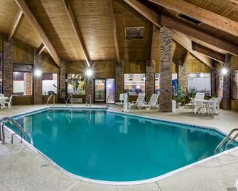Baymont by Wyndham Louisville South I 65 - Brooks - Pool