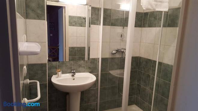 Auberge le Cheylet - Apchon - Bathroom
