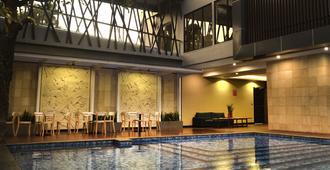 Kalya Hotel Yogyakarta - Yogyakarta - Piscina