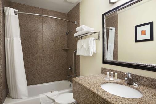 Howard Johnson by Wyndham San Diego Sea World - San Diego - Bathroom