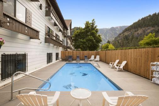 Howard Johnson by Wyndham Leavenworth - Leavenworth - Bể bơi