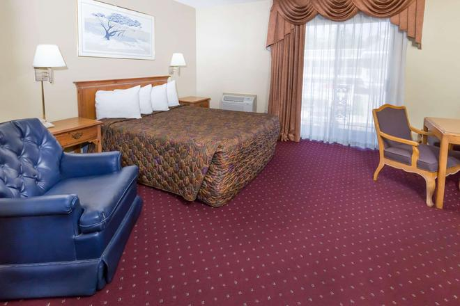 Days Inn by Wyndham Medford - Medford - Bedroom