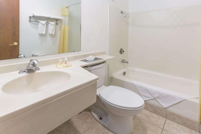 Days Inn by Wyndham Medford - Medford - Bathroom