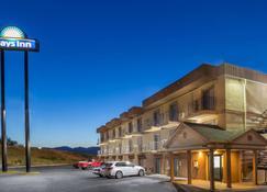 Days Inn by Wyndham Medford - Medford - Building