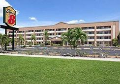 Super 8 by Wyndham Fort Myers - Fort Myers - Building