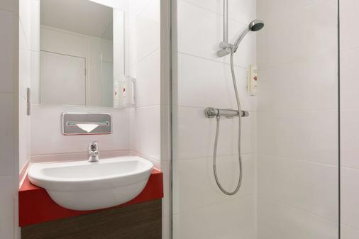 Ramada by Wyndham Chorley South - Chorley - Bathroom