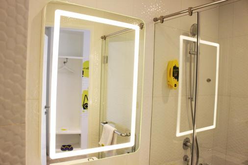 Yello Hotel Harmoni - Jakarta - Bathroom