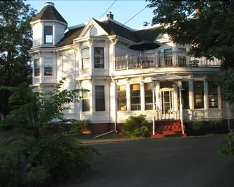 Evangeline's Tower Bed & Breakfast - Parrsboro - Building