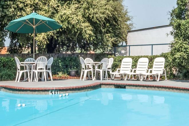 Days Inn by Wyndham South Fort Worth - Fort Worth - Pool