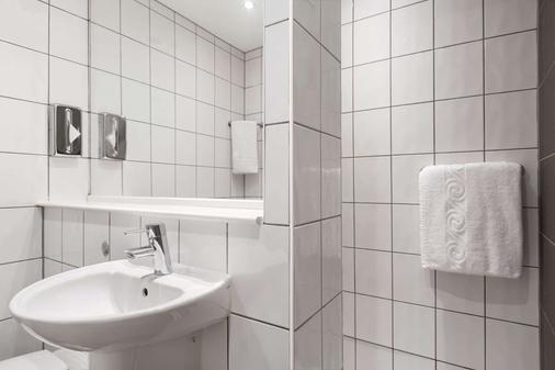 Ramada by Wyndham London Stansted Airport - Bishop's Stortford - Bathroom
