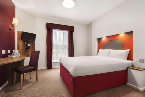 Ramada by Wyndham London Stansted Airport - Bishop's Stortford - Bedroom