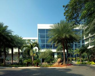 Radisson Blu Plaza Hotel Hyderabad Banjara Hills - Hyderabad - Building