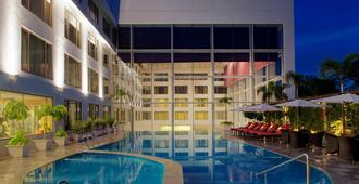 Radisson Blu Plaza Hotel Hyderabad Banjara Hills - Hyderabad - Πισίνα