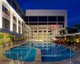 Radisson Blu Plaza Hotel Hyderabad Banjara Hills - Hyderabad - Pool