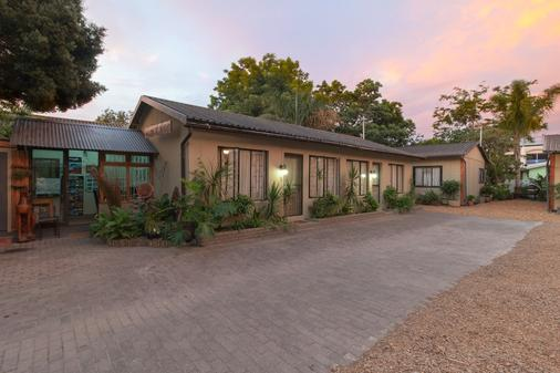 Inyathi Guest Lodge & Self Catering Chalets - Knysna - Building
