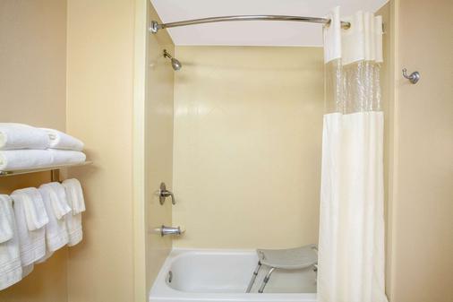 Days Inn by Wyndham Statesboro - Statesboro - Bathroom