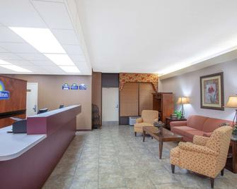 Days Inn by Wyndham Statesboro - Statesboro - Front desk