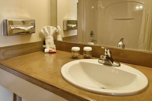 Ramada by Wyndham Anchorage - Anchorage - Bathroom