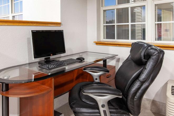 Microtel Inn & Suites by Wyndham Pittsburgh Airport - Pittsburgh - Khu vực làm việc