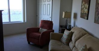 Upscale 9th Floor Water-Front 3 Br Condo In Downtown Fort Myers - Fort Myers - Living room