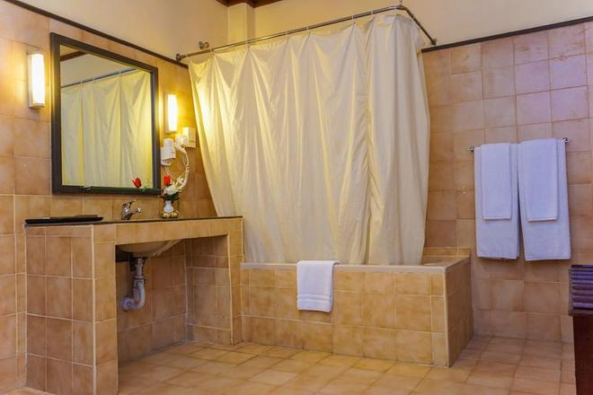 Grand Oriental Hotel - Colombo - Bathroom
