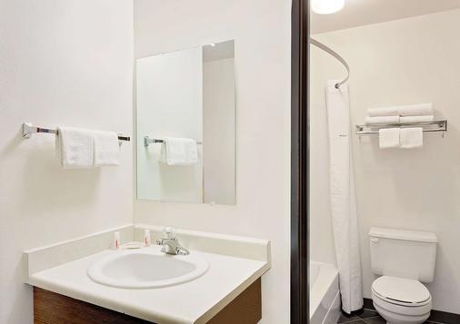 Super 8 by Wyndham Belgrade/Bozeman Airport - Belgrade - Bathroom