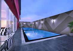 泗水容庫喜愛酒店 - 泗水 - 游泳池
