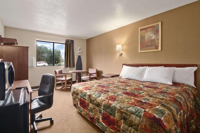 Super 8 by Wyndham Richmond Airport VA - Richmond - Bedroom