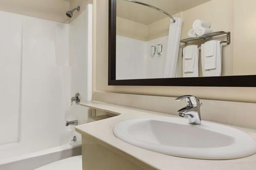 Travelodge Suites by Wyndham Saint John - Saint John - Bathroom