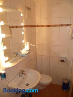 Gasthof-Hotel Hoehensteiger - Rosenheim - Bathroom