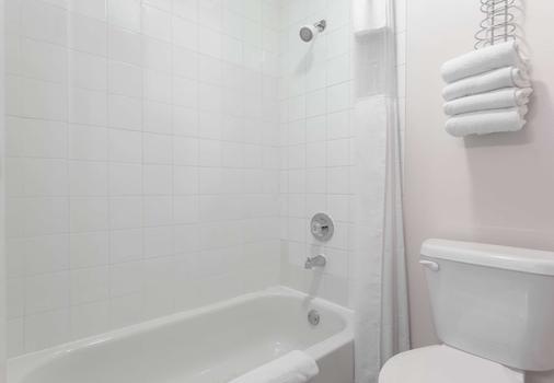Super 8 by Wyndham Golden - Golden - Bathroom