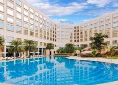 Novotel Hyderabad Convention Centre - Hyderabad - Πισίνα