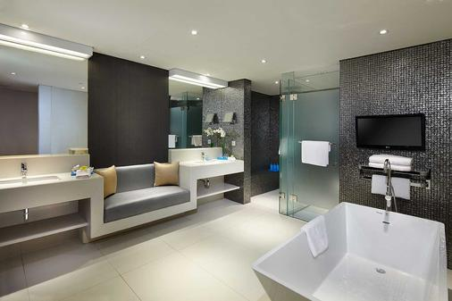 Double-Six Luxury Hotel - Kuta - Bathroom