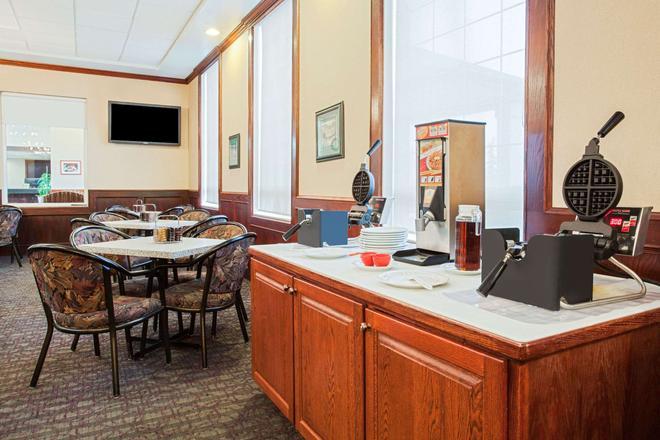 Ramada by Wyndham Red Deer Hotel and Suites - Red Deer - Restaurant