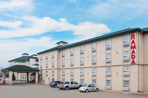 Ramada by Wyndham Red Deer Hotel and Suites - Red Deer - Rakennus