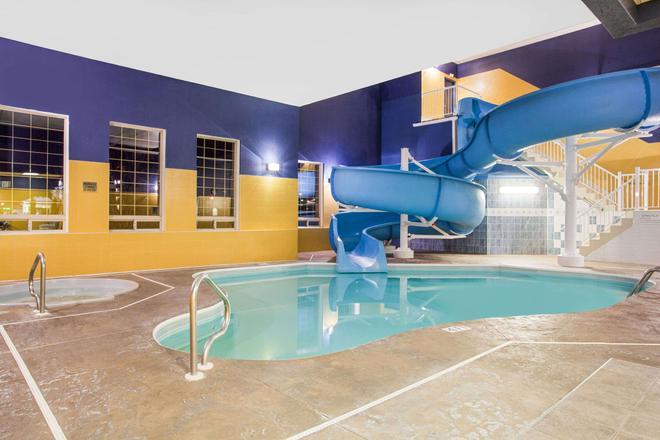 Ramada by Wyndham Red Deer Hotel and Suites - Red Deer - Pool