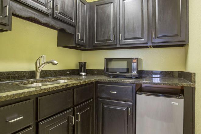 Quality Inn - Cedartown - Kitchen