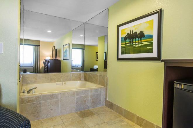 Quality Inn - Cedartown - Bathroom