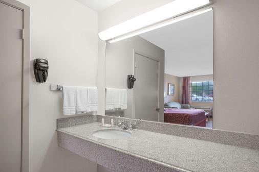 Days Inn by Wyndham Ruston LA - Ruston - Bathroom