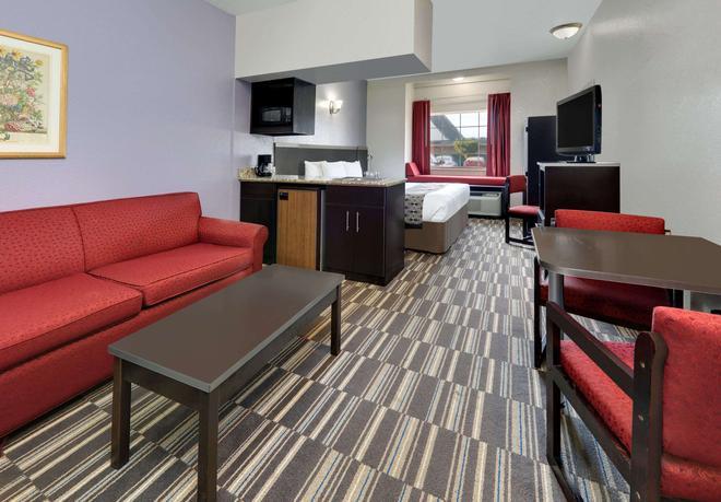 Microtel Inn & Suites by Wyndham Oklahoma City Airport - Oklahoma City - Living room