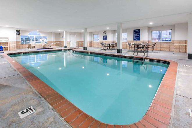 Microtel Inn & Suites by Wyndham Oklahoma City Airport - Oklahoma City - Pool