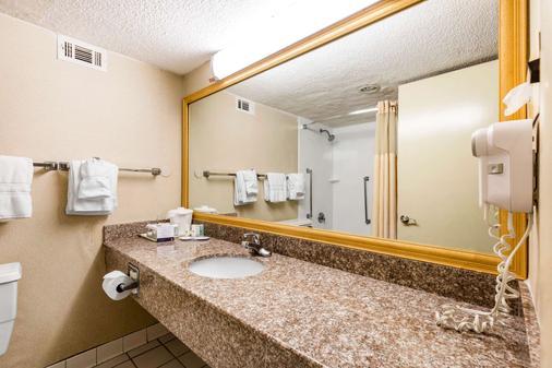 Clarion Hotel - Williamsburg - Bathroom