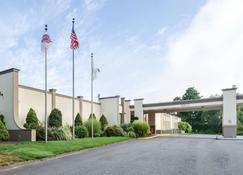 Clarion Hotel & Aqua Lagoon Waterpark - West Springfield - Building