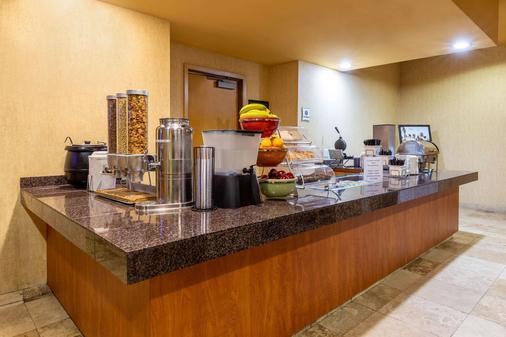 La Quinta Inn & Suites by Wyndham Vancouver - Vancouver - Buffet